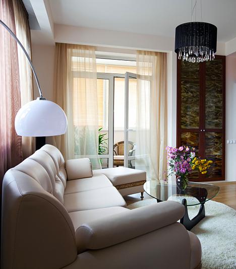 Óriási bútorok  A monumentális kanapék és fotelek nemcsak a szabad közlekedésben akadályozhatnak, hanem az egész lakáson eluralkodhatnak hatalmas méretükkel. A tértágítás szempontjából jobb, és az ülőhely sem lesz kevesebb, ha kisebb-nagyobb bútorok váltakoznak a térben. Ha nagy a kanapé, a merev, óriási foteleket cseréld le ízléses, kisebb méretű puffokra, melyek a kanapé tartozékai is lehetnek, de méretükben eltérhetnek egymástól. A sarok ülőgarnitúra úgyszintén jó megoldás lehet, ám ne zárd le azt a sarkot széles dohányzóasztallal.