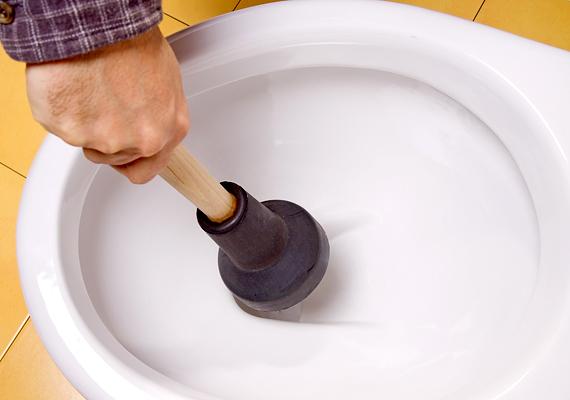 Ha nem komoly a dugulás, például csak valamilyen tárgy került a lefolyóba, érdemes a pumpával próbálkozni. Engedd tele a csapot vagy a WC-csészét vízzel, majd kelts vákuumot a pumpa hirtelen fel-le mozgatásával.