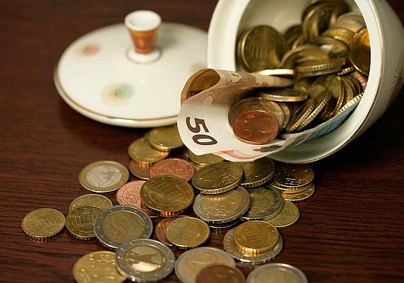 Az apró edénybe helyezett fémérmék a lakás déli részén erősítik a pénzügyekért felelős fémenergiát.