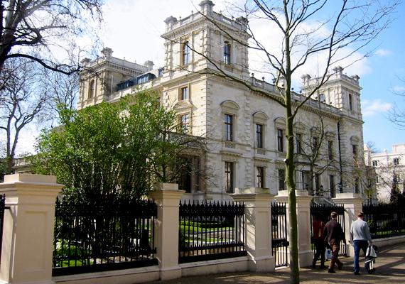 Lakshmi Mittal indiai acélmágnásnak többek között London legelőkelőbb városrészében, a Kensington Palace Gardens területén vannak ingatlanjai.
