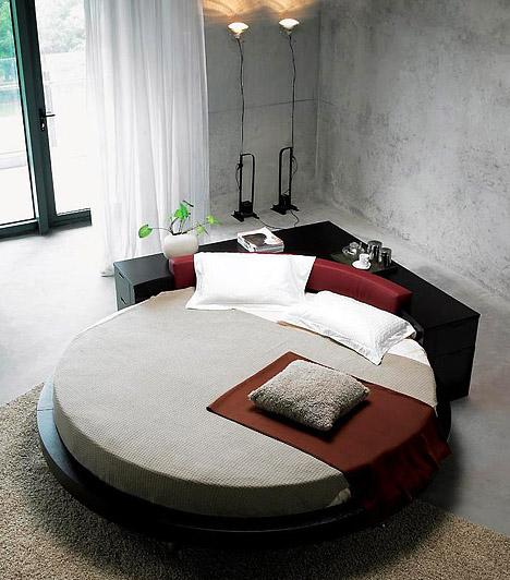 Ázsiai hangulat  A lekerekített ágyak nemcsak helytakarékosak, de a legegyszerűbben berendezett hálót is izgalmassá teszik. A kör alakú fekvőalkalmatosságokat a feng shui is előnyben részesíti az éles, szögletes ágyakkal szemben.  Kapcsolódó cikk: Az 5 leghatásosabb feng shui tipp »
