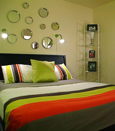 Trükkös tükrök  Közkedvelt lakberendezési trükk a tér tükrök segítségével történő nagyítása, a hálóban azonban óvatosnak kell lenned velük, nehogy zavarjanak az alvásban. Ha az ágytámla felé helyezed őket, az ajtón belépve a szoba tágasabbnak tűnik majd, az ágyban fekve azonban nem látod magadat a tükrökben.
