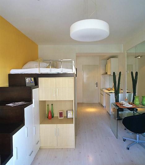 Ágy alatti tárolás  Ez a megoldás szintén az apró hálószobák tulajdonosainak kedvez. A megemelt, lépcsőn megközelíthető ágy nemcsak remek tárolási lehetőségeket rejt, de akkor is praktikus, ha a hálót szeretnéd elválasztani a vele egy légtérben lévő nappalitól.  Kapcsolódó cikk: Ágy alatti tárolók »