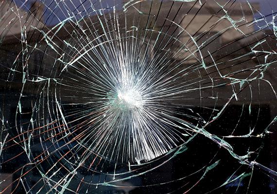Az ablak tekintetében a leghatékonyabb megoldások közé tartozik a biztonsági vagy betörésvédelmi fólia, mely bizonyos mértékű mechanikai védelmet is jelent, mivel megnöveli az üvegfelület ellenálló képességét, emellett a szilánkos törést is megakadályozza, vagyis törés esetén egyben tartja az üveget.