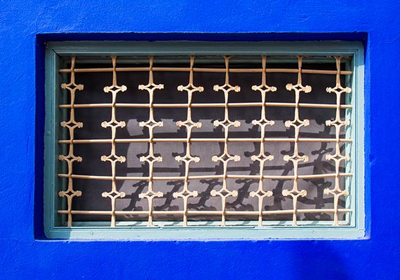 A legbiztonságosabb módszerek közé tartozik a rács felszerelése, melyből számos esztétikus verzió létezik. Persze nem feltétlenül kell minden ablakot ezzel felszerelni, olyanok esetében azonban, amiket gyakorlatilag csak szellőztetésre használsz - mint amilyen a képen látható kisebb ablak is -, nagyon praktikus lehet.