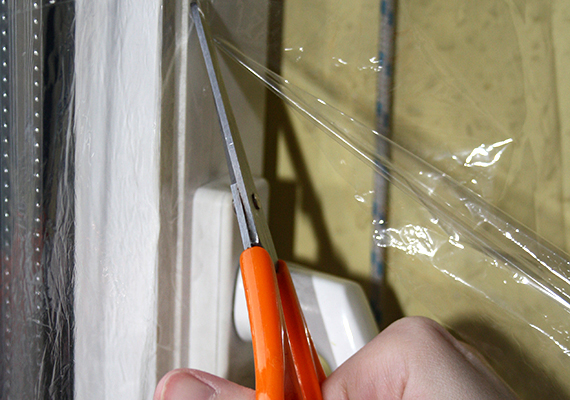 Az ablakszigetelő fólia vagy hőszigetelő ablakfólia egy plusz szigetelőréteget ad az ablaknak, emellett olcsón beszerezhető, és felerősítése sem bonyolult. Kattints ide, és megmutatjuk, hogyan csináld!
