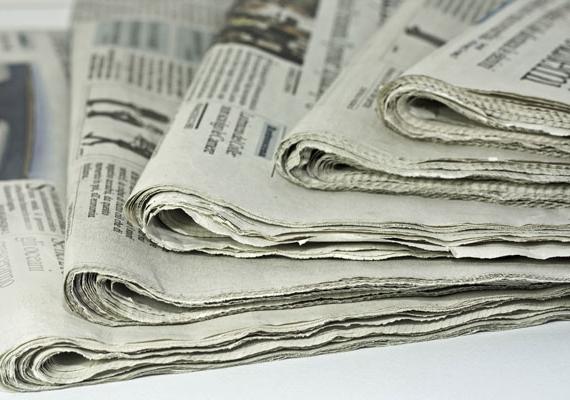 Újságpapírt sokan használnak az ablakpucoló szer letörléséhez, utóbbi nélkül is alkalmazható azonban a módszer, egyszerű, vizes újságpapírral is pucolhatsz ablakot.