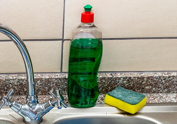 Mindemellett azt is érdemes tudnod, hogy ha nem szeretnél házi praktikákat alkalmazni, vagy épp nincs otthon hozzá szükséges alapanyag és bolti ablaktisztító szer sem, az is hatékony lehet, ha az ablakmosó vízhez egy kevés mosogatószert adsz.