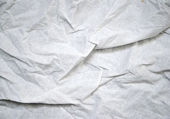 Az sem mindegy persze, mivel törlöd szárazra és csíkmentesre az ablakot. Sokan az újságpapírra esküsznek, ha azonban nem akarsz azzal szembesülni, hogy kioldódott belőle a tinta, és biztosra mennél, használj selyempapírt. Ha nem tudsz ilyet beszerezni, a mikroszálas törlőkendő vagy épp a gumis lehúzó is nagy segítség lehet.