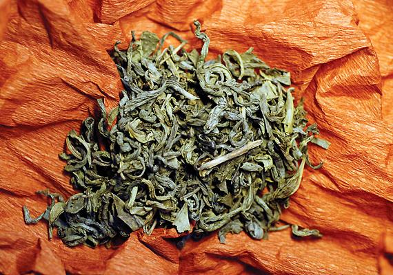 A maradék teát számos területen felhasználhatod a háztartásban, melyek között az ablaktisztítást is meg lehet említeni: a használt tealeveleket forrázd le újra, szűrd le, majd ezzel törölt át a szennyezett ablakokat.