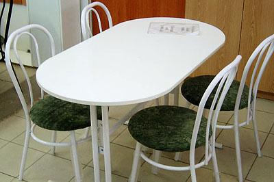 Asztal 9900 Ft, székek 3900 Ft