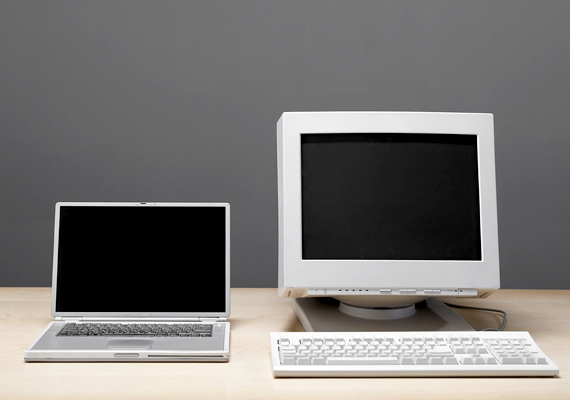 Az asztali számítógépek monitorai, ha régebbi típusúak, sok energiával működnek, ezért érdemes áramtalanítani őket, ha épp nincsenek használatban.