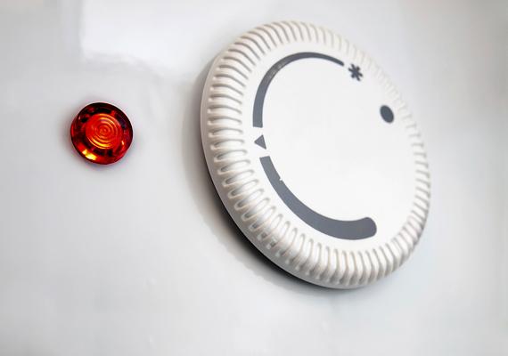 A villanybojler sem jelent kis összeget a villanyszámla szempontjából, főként, ha például nincs rendszeresen karbantartva. Ha vízköves, és nincs kitakarítva, jóval nagyobb lehet a fogyasztása, ezért érdemes időnként kihívni a szerelőt, emellett, ha például hideg helyen van, a szigetelése is sokat segíthet.