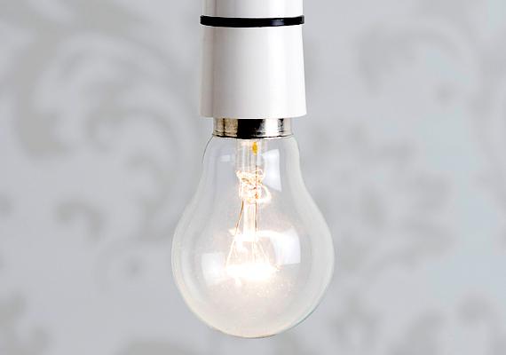 Azokban a helyiségekben, ahol nem tartózkodsz túl sokat, vagy épp nem dolgozol, olvasol, alacsonyabb fényerejű izzót használj, ott pedig, ahol a legtöbbet ég a villany, használj energiatakarékos vagy épp LED-es izzót. Sok kicsi sokra megy, ami az izzók fogyasztása esetén is igaz, összesítve jelentősebb mértékben emelhetik meg az áramszámládat.
