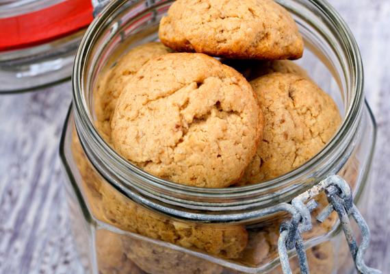 A kekszsütemények hajlamosak megkeményedni, ám, ha úgy teszed el őket, hogy almahéjat raksz melléjük, hosszabb ideig frissen, puhán tarthatod őket. Ez a tipp jól jöhet majd karácsonykor a mézeskalácshoz is.