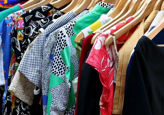 Ha kis tasakokba töltöd a szárított almahéjat, és a ruhák közé helyezed, utóbbiak tovább maradnak friss illatúak.