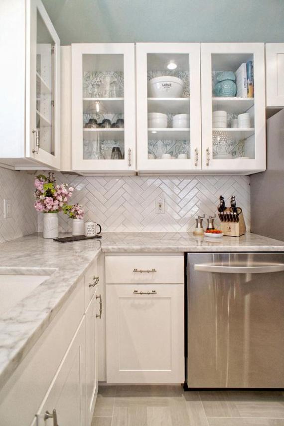 Letisztult és elegáns lesz a konyhád, ha márvány- vagy márványhatású pultot rakatsz bele. Hasonló mintájú tapétával dekorálhatod a konyha többi részét, például a szekrény belső, hátsó falát: tökéletes harmóniát ad.