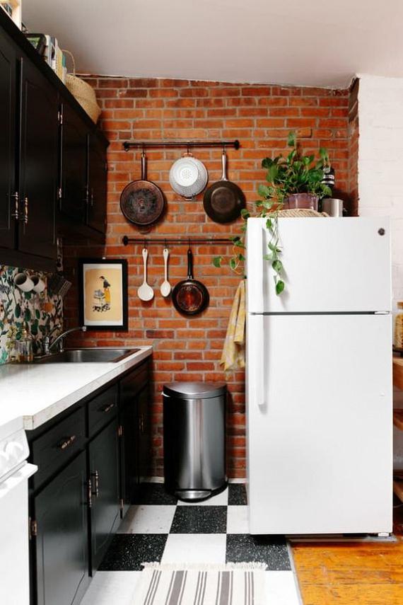 Attól, hogy kicsi a konyha, még lehet dizájnos: elképesztő látványt lehet elérni péládul egy jó tapétával, vagy az edények szokatlan elhelyezésével, felakasztásával!