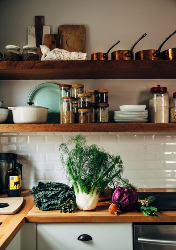 Ne gondolkodj feltétlenül zárt szekrényekben! A gyakran használt edényeket polcra is helyezheted, mivel nem állnak annyit egy helyben, hogy beporosodjanak. Arról nem is beszélve, hogy egy-két dekortárggyal nagyon stílusos lesz az összkép!