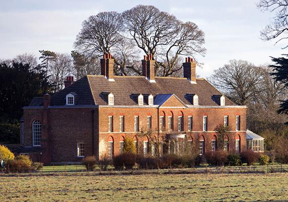 A kétszintes - plusz padlástér -, tíz hálószobás vidéki házat Katalin és Vilmos 2011-ben nászajándékként kapták a királynőtől.
