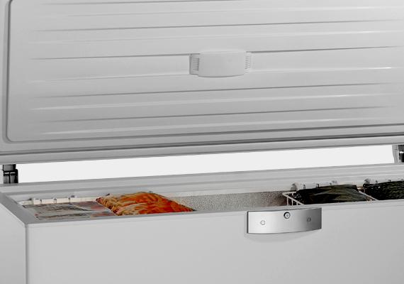 A fagyasztószekrény komoly áramfogyasztót jelent, az Energiapersely.hu szerint az éves fogyasztása egy fő esetében 305, négy fő esetében pedig akár 420 kWh is lehet.