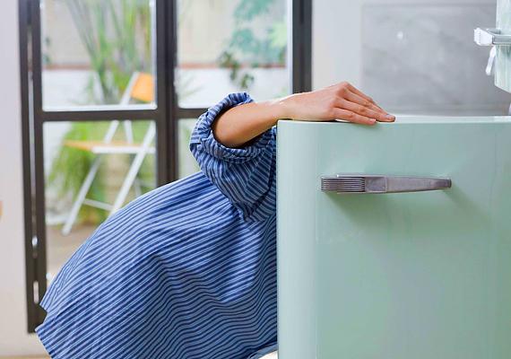 A hűtőszekrény fogyasztása egy év alatt egyfős háztartást tekintve 292, négy fő esetén pedig 370 kWh.