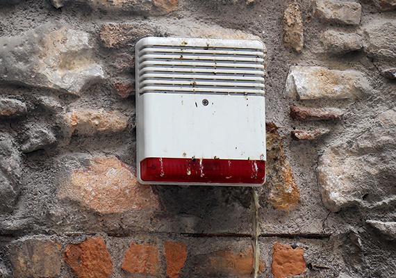 Jó, ha ügyelsz lakásod biztonságára, és még riasztód is van, nagyon vigyázz azonban, hogy a figyelmeztető táblák ne legyenek túl részletesek, ne utalj például arra, hogy konkrétan milyen biztonsági rendszer védi otthonodat, hatástalanítására ugyanis így bizonyos esetekben akár előre is felkészülhetnek a bűnözők, ha elég nagy fogást remélnek.