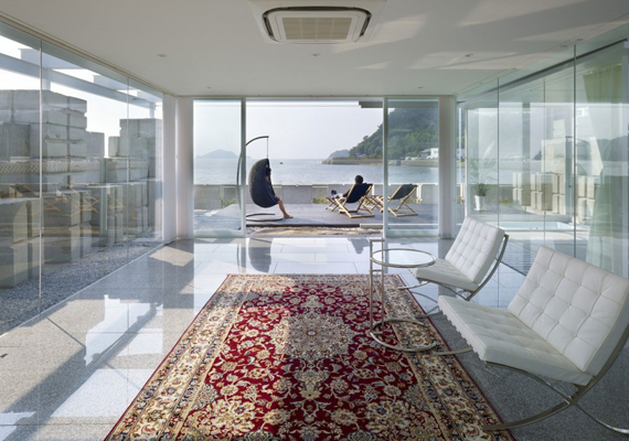 A különleges kialakítás előnye, hogy sok fény jut a belső terekbe, melyek így világos, tágas hatást keltenek. Ezt erősíti a rengeteg visszatükröződő felület, a padlóburkolat, de még a kisasztal üvegborítása is.