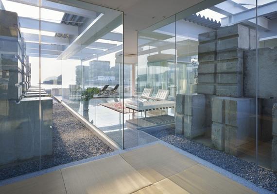 Ebből a szögből a ház teljesen átlátszik. Nemcsak a belső térbe lehet belátni, hanem innen még a terasz, sőt, a kilátás is remekül kivehető.