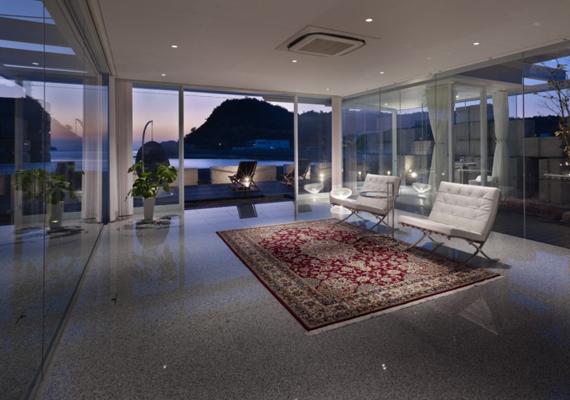 A ház talán még hangulatosabbá válik sötétedéskor, amikor a lakók a naplementét is megcsodálhatják.
