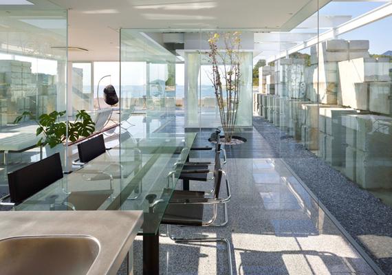 Így néz ki az étkező, ahol természetesen szintén üvegasztal található.