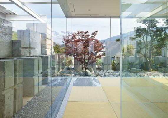 A tömbök látványát nagyszerűen ellensúlyozzák a tér különböző pontjain elhelyezett növények.