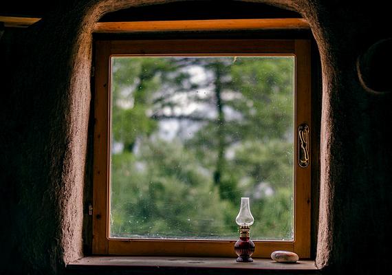 Atulya honlapja szerint a ház az ablakok, az ajtó és a munka költségeivel együtt sem került többe 5000 dollárnál, ami alig több mint egymillió forint jelenlegi árfolyamon számolva. Persze az, hogy ez potom összegnek számít-e, relatív - sokak szerint azonban nagyon is, nem véletlen, hogy épp emiatt figyeltek fel rá annyian.