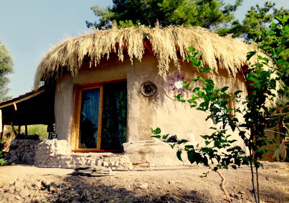 Atulya K. Bingham háza úgynevezett earthbag-ház, amit földzsák- vagy homokzsákházként lehetne magyarra fordítani. Ha többet szeretnél tudni a technológiáról, olvasd el a 65 ezer forintos házról szóló cikkünket!