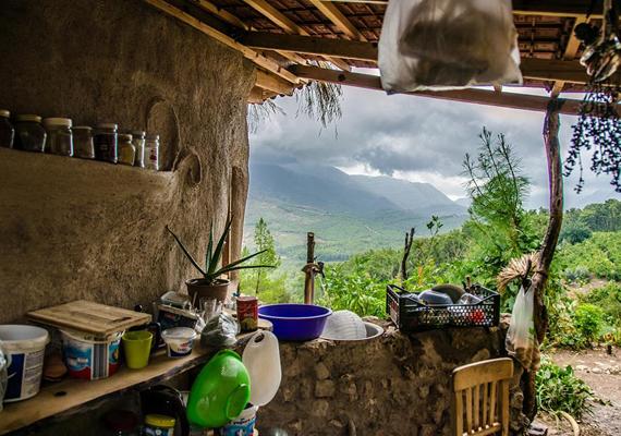 Atulya azoknak javasolja a hasonló házakat, akik szeretnének a természettel összhangban, önfenntartó életmódot folytatni, hozzáteszi azonban, hogy főként a szárazabb, melegebb éghajlatú helyeken célszerű earthbag-házat építeni.