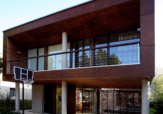 Így fest az épület szemből, mint látszik, a tervezők nem féltek ötvözni a különböző anyagokat.