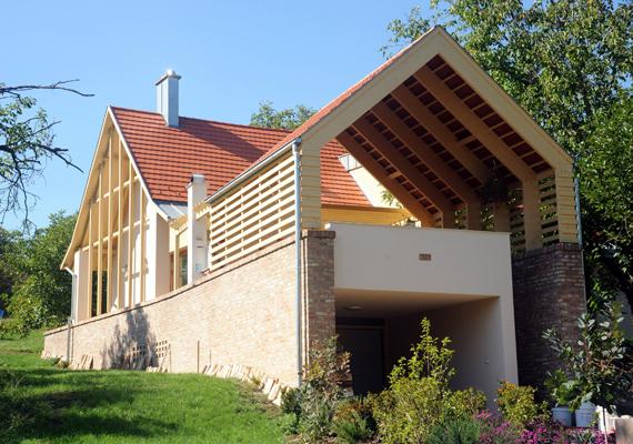 Egyebek közt fagerendák különféle elrendezései adják meg az épület egyediségét.
