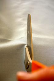 2. lépés: A láncfonal mutatja, hol kell elvágni a szövetet.