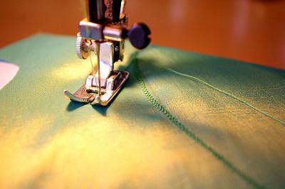 3. lépés: Az alapszövetre tűzött rátét-szövetet cikkcakk-öltéssel varrd le!