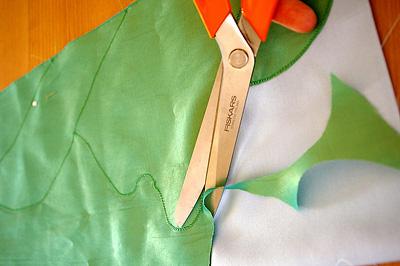 4. lépés: A varrás mentén vágd körbe a rátét-szövetet!
