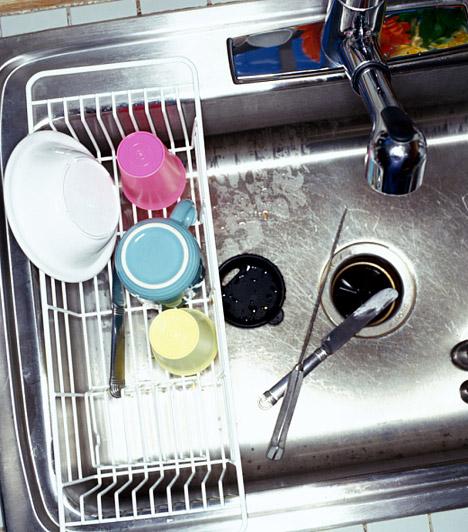 Edényszárító  A mosogató környékén egy másik baktériumtanya is található, mégpedig az edényszárító. Az állandóan nedves környezetben hamar felüti a fejét a fekete penész, ezért az edények elpakolása után mindig töröld szárazra a csöpögtetőt, hetente egyszer pedig fertőtlenítsd ecettel, így megakadályozod a penészképződést, és az evőeszközökre sem kerülnek vegyi anyagok.