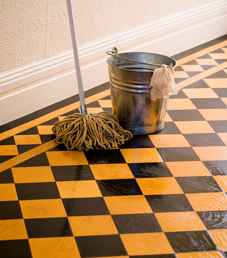Felmosórongy  A legkülönfélébb szennyeződéseket tünteted el vele a padlóról, így nem csoda, ha a legkülönfélébb baktériumok telepedhetnek meg a szálak között. Havonta egyszer tekerd le a felmosófejet a szárról, és áztasd legalább egy órára forró, ecetes vízbe, majd alaposan csavard ki. Arra is ügyelj, hogy használat után a felmosó mindenhol megszáradjon, soha ne hagyd a vödörben állni, különben könnyen bepenészedhet.