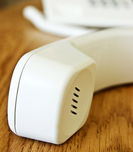 Kaputelefon  Vezetékes telefon már egyre kevesebb lakásban van, a kaputelefonok viszont még szinte minden bejárat mellett ott lógnak a falon. Sokszor főzés vagy más házimunka végzése közben kapod fel, a kagylón pedig a hajadból rákerülő zsír és a leheletedből lecsapódó pára okozhat szennyeződéseket.