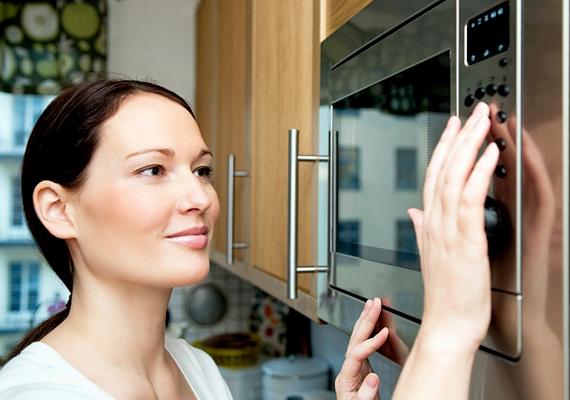 A mikrosütő vagy épp a sütő kapcsolója is szennyezett lehet, különösen, ha a használatuk közben a konyhában sürgölődsz, és maszatos a kezed a különféle alapanyagoktól.