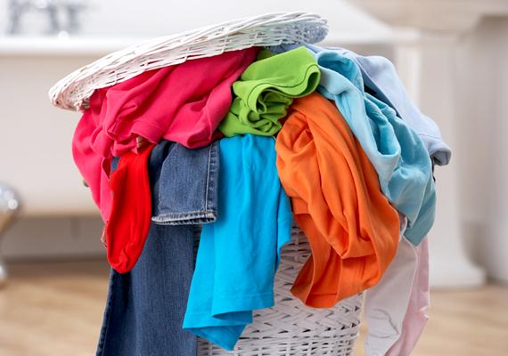 A piszkos ruhákról a szennyeződés vagy éppen a por átkerülhet a szennyeskosárra is, ezért ezt is mindig tisztítsd meg, miután kiürítetted.
