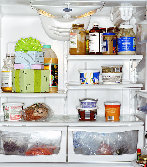 A hűtőszekrény lefolyójaA hűtő belsejében, a hátoldalon található egy apró nyílás, ami azt a cél szolgálja, hogy elvezesse a hűtő falára lecsapódó folyadékot, ezzel is megelőzve a jegesedést. Ez a kis nyílás azonban sokszor eldugul a penésztől, ami nem csak a víztócsa miatt bosszantó, de potenciális veszélyforrás is. Ügyelj rá, hogy a hűtő takarításakor ezt is alaposan megtisztítsd, a legjobb, ha egy szívószál segítségével egy kis ecetet fecskendezel ide, amíg újra átjárható nem lesz a nyílás.