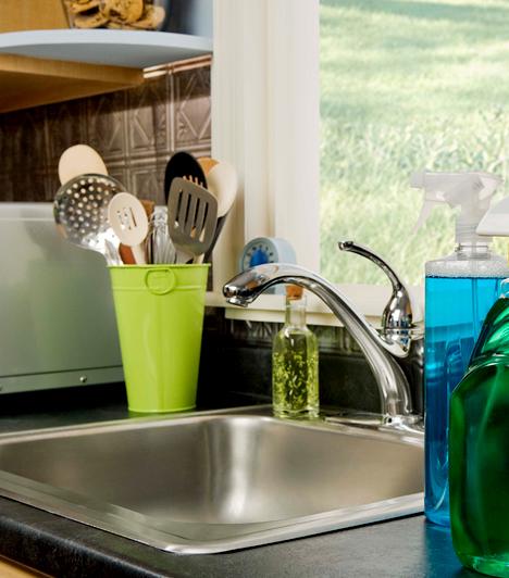 A konyha számos olyan pontot magában foglal, ahol előszeretettel telepednek meg az olyan baktériumok, mint az emésztőrendszeri betegségeket és hasmenést okozó E.coli vagy a Staphylococcus, mely gyulladásos folyamatokat idézhet elő. A következő helyekre nagyon figyelj!                         Kapcsolódó cikk:                         Nézd meg, milyen baktériumok élnek a fogkeféden! »