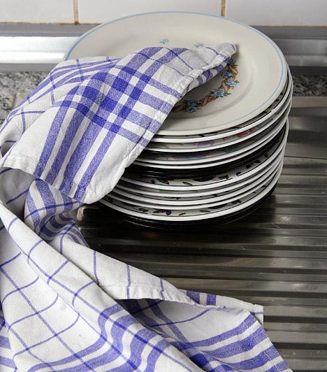 KonyharuhaFőzés vagy mosogatás, takarítás közben minden alkalommal, amikor nedvesség vagy szennyeződés kerül a kezedre, a konyharuháért nyúlsz, az ide kerülő baktériumok azonban nem tűnnek el maguktól, és törölgetéskor a tányérokra, innen pedig az ételekre kerülnek. Soha ne használd ugyanazt a konyharuhát kéztörléshez és edényszárításhoz, és hetente egyszer, magas hőfokon mosd ki a törlőkendőket.