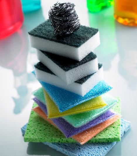 MosogatószivacsA mosogatószivacs, amellyek megtisztítod az edényeket, a tűzhelyet vagy a konyhaasztalt, a rá kerülő ételmaradék és az állandó nedvesség miatt ideális táptalaja lehet olyan veszélyes kórokozóknak is, mint a szalmonellabaktérium. Hogy megszabadulj a szivacson tanyázó kórokozóktól, dobd minden nap két percre a mikróba, de ne hagyd felügyelet nélkül, nehogy lángra kapjon!Kapcsolódó cikk:Szalmonella a mosogatószivacson - Biztos, hogy tiszta a konyhád? »