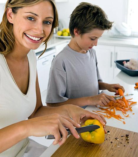 Vágódeszka                         A fából készült vágódeszkák különösen veszélyesek, mivel ezek nehezebben száradnak meg, rosjtaik között pedig remek búvóhelyet találnak a bacik. Ügyelj rá, hogy a nyers húst és a gyümölcs-, valamint zöldségféléket soha ne ugyanazon a vágódeszkán szeleteld, és használat után a deszkát azonnal mosd el, majd hagyd teljesen kiszáradni.                         Kapcsolódó cikk:                         3 konyhai eszköz, amiből mérgek kerülhetnek az ételbe »